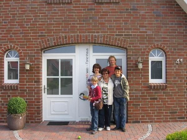 Familie vor dem Haus