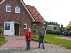 Christina und Stefan vor dem Haus.