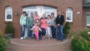 Familie vor dem großen Ferienhaus