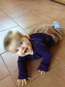 Lina krabbelt auf dem Boden