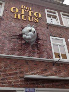 Das Otto Huus von außen mit dem Elefant, der durch die Wand bricht