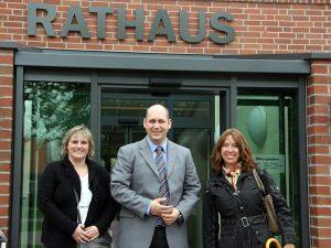Herr Eertmoed mit den wünschdirwas-Mitarbeitern vor dem Rathaus