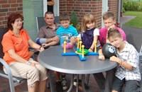 Die ganze Familie am Tisch