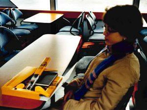 Alexandra mit der Fan-Kiste