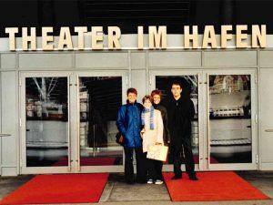Alexandra mit ihren Eltern vor dem Theater