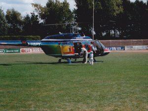 Christian steigt in den großen Helikopter ein