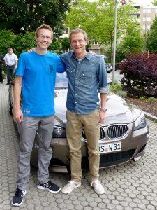 Marcel mit Matthias Malmedy vor dem BMW