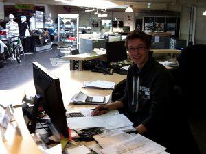 Marcel am Schreibtisch