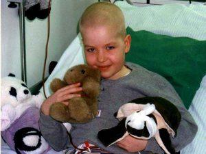 Marline während der Chemotherapie mit ihren Kuscheltieren
