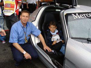 Niclas in einem Flügeltürer mit seinem Vater