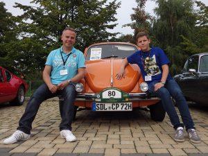 Niclas mit seinem Vater auf einem Rennkäfer