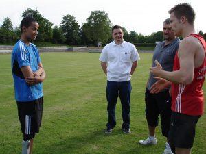 Markus erklärt Léon auf dem Feld