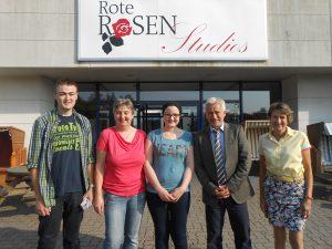 Sarah mit Familie vor den Rote-Rosen-Studios