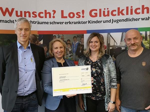 Spender mit Frau Weiler und großem Spendencheck