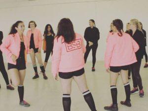Die Tanzgruppe im Kreis