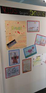 Kinder sagen auf einer Collage Danke