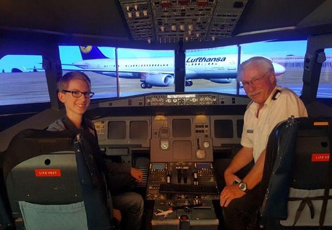 Leo mit Pilot im Flugsimulator