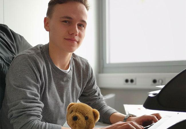 Alexander am Schreibtisch