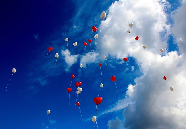Ballons gehen in den Himmel
