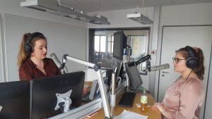 Luna im Studio mit Mikrofon