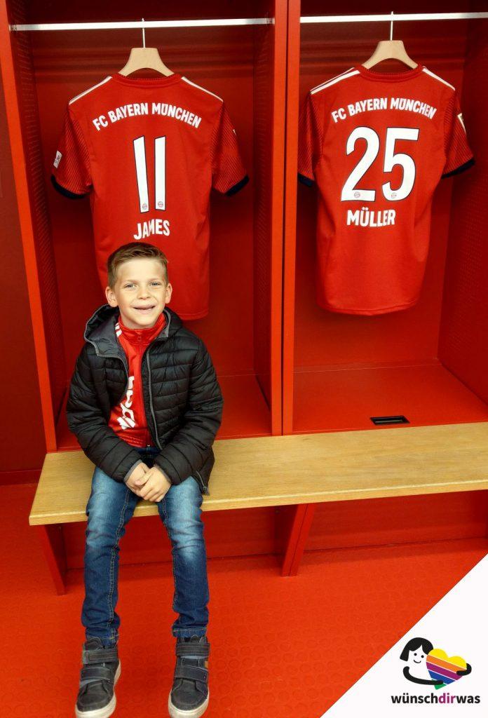 Yannic in der Manschaftskabine des FC Bayern München