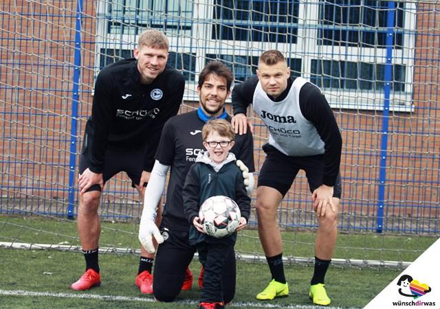 Wunschtraum von Leif erfüllt - Spielertreffen mit Arminia Bielefeld