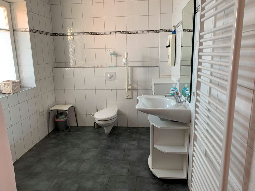 Erdgeschoss Bad mit barrierefreier Dusche und Duschstuhl